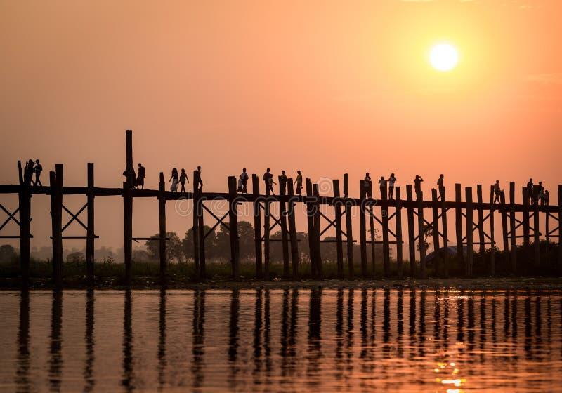 Bro för U Bein, Myanmar royaltyfri fotografi