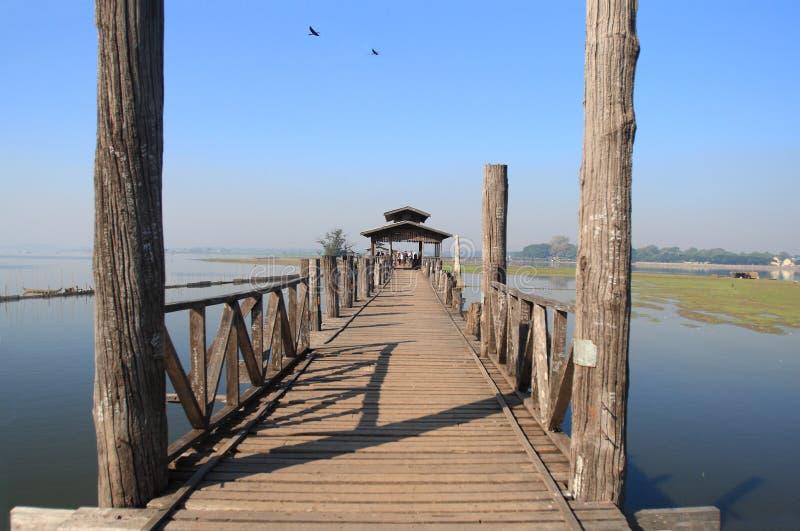 Bro för U Bein nära Amarapura i Myanmar arkivbild