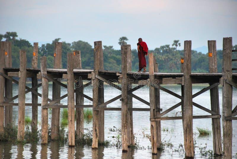 Bro för U Bein nära Amarapura, Myanmar royaltyfria foton