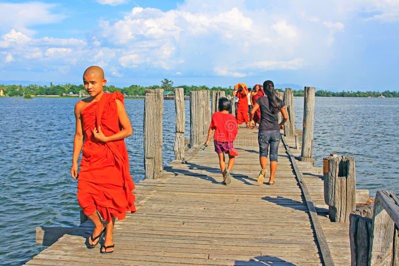 Bro för U Bein och munk, Myanmar fotografering för bildbyråer