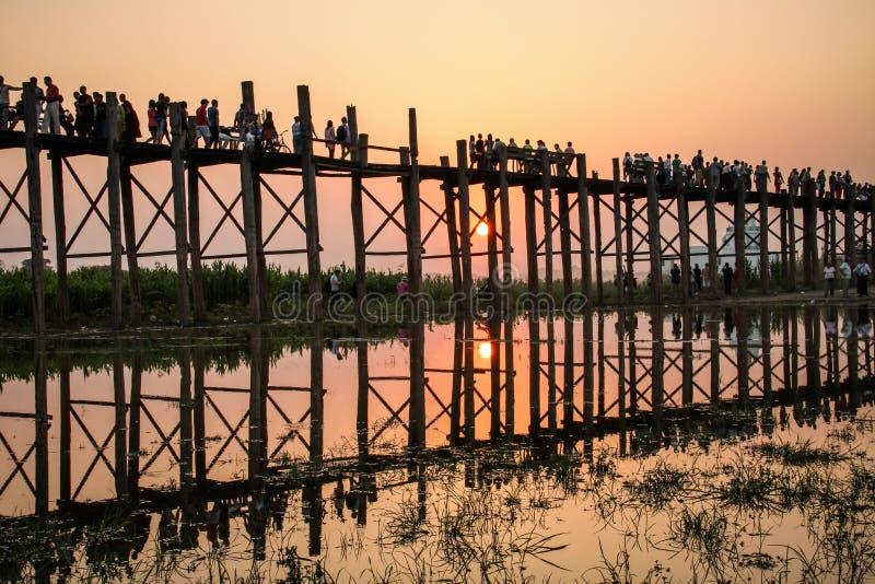 Bro för U Bein på solnedgången, Mandalay region, Myanmar, royaltyfri bild
