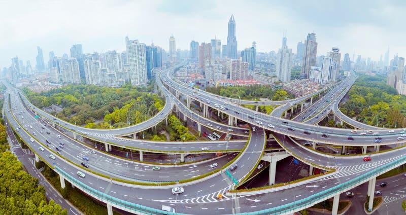 Bro f?r Shanghai Yanan v?gplanskild korsning med tung trafik i Kina royaltyfria bilder