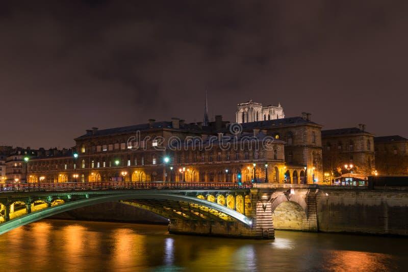 bro från Ile de la Citera i Paris fotografering för bildbyråer