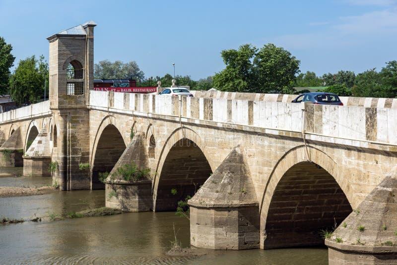 Bro från period av ottomanvälde över den Tunca floden i stad av Edirne, östliga Thrace, Turkiet royaltyfria bilder