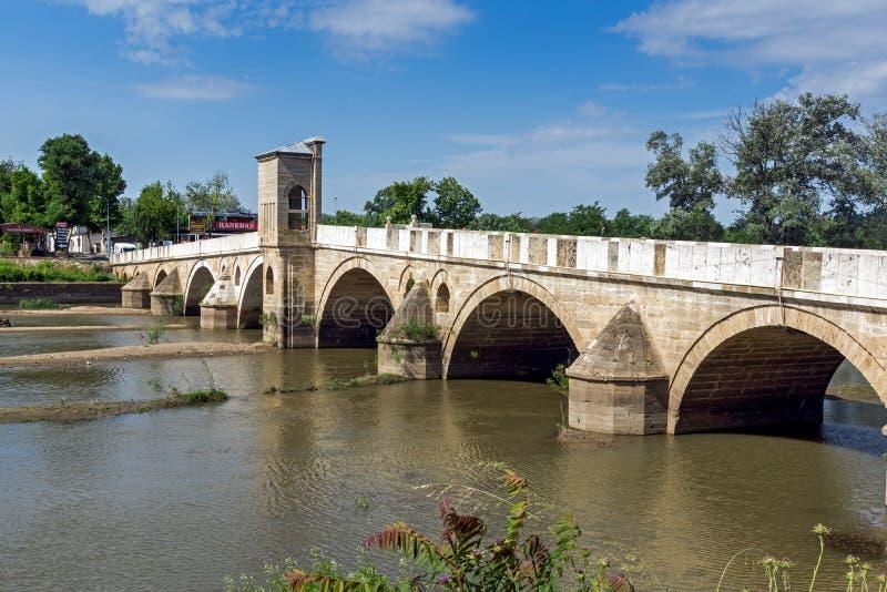 Bro från period av ottomanvälde över den Tunca floden i stad av Edirne, östliga Thrace, Turkiet royaltyfri foto
