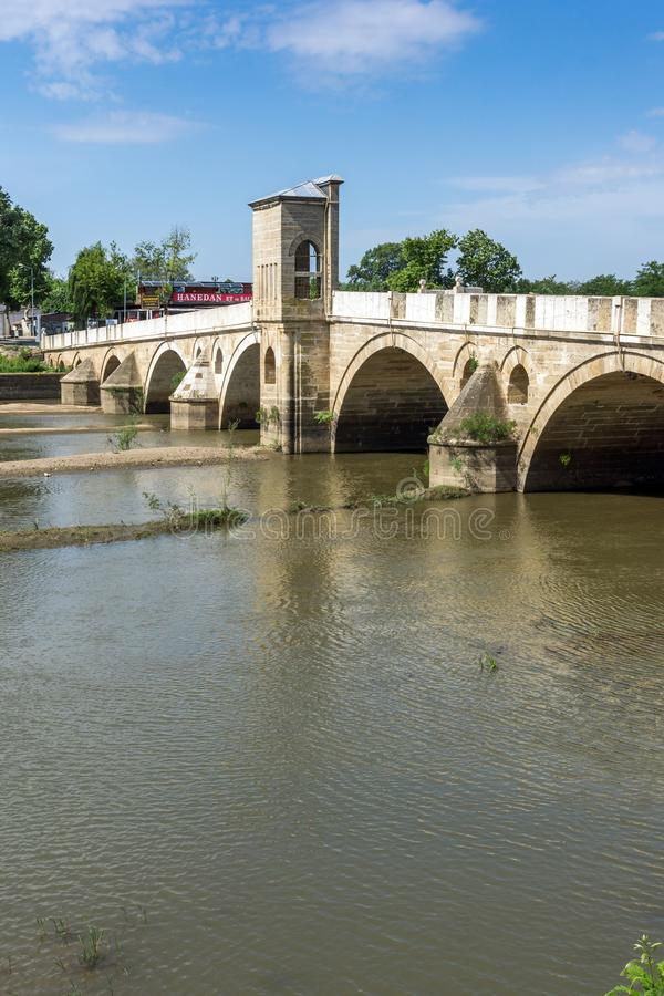 Bro från period av ottomanvälde över den Tunca floden i stad av Edirne, östliga Thrace, Turkiet royaltyfri bild
