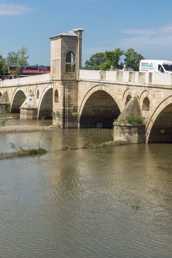 Bro från period av ottomanvälde över den Tunca floden i stad av Edirne, östliga Thrace, Turkiet arkivbilder