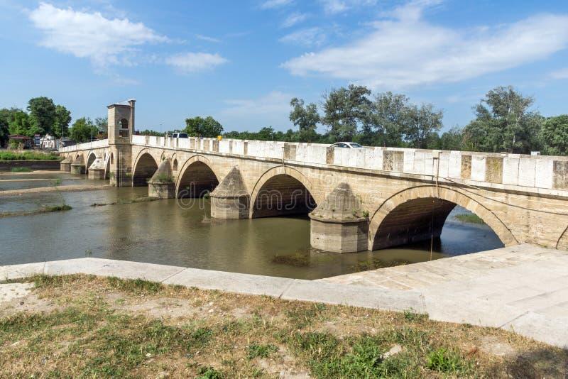 Bro från period av ottomanvälde över den Tunca floden i stad av Edirne, östliga Thrace, Turkiet arkivbild
