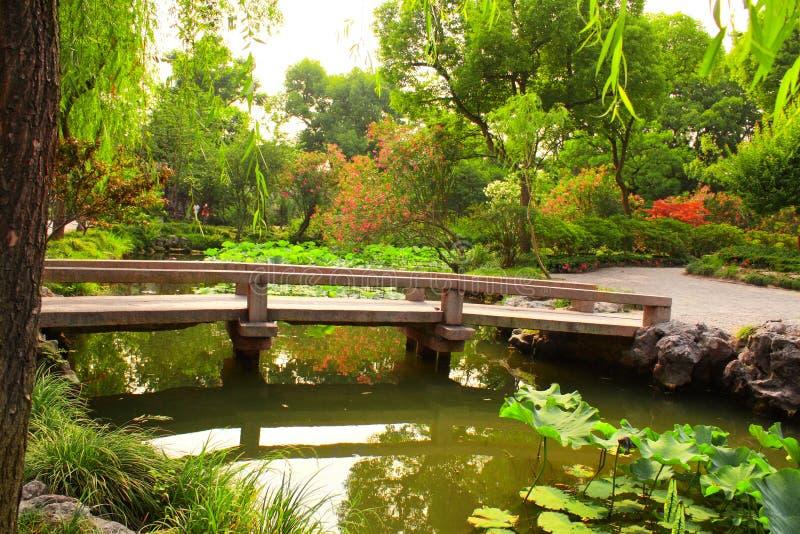 Bro i ödmjuka administratörs trädgård i Suzhou, Kina royaltyfria bilder