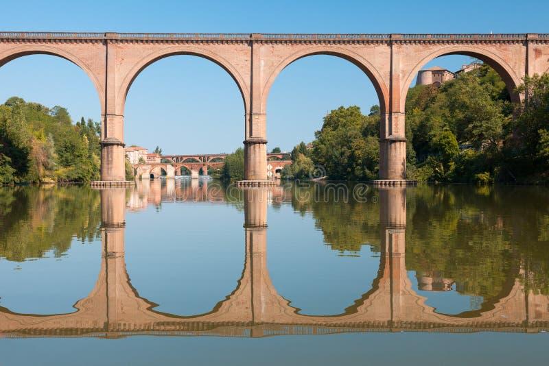 Bro i Albi och dess reflexion royaltyfri foto