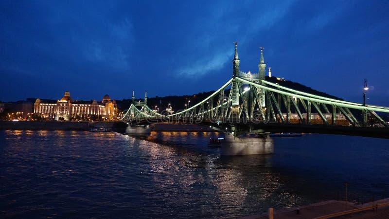 Bro i Budapest på natten arkivbilder