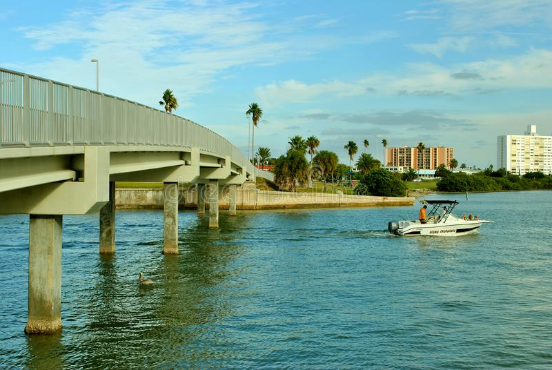 Bro i den Clearwater stranden arkivfoto