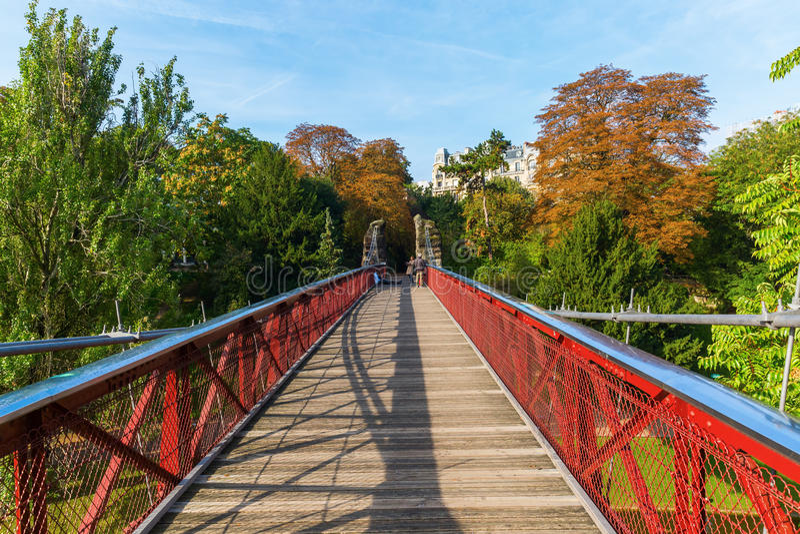 Bro i den Parc desen Buttes Chaumont, Paris royaltyfri bild