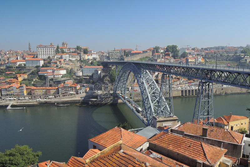 Bro i den Porto staden royaltyfria foton