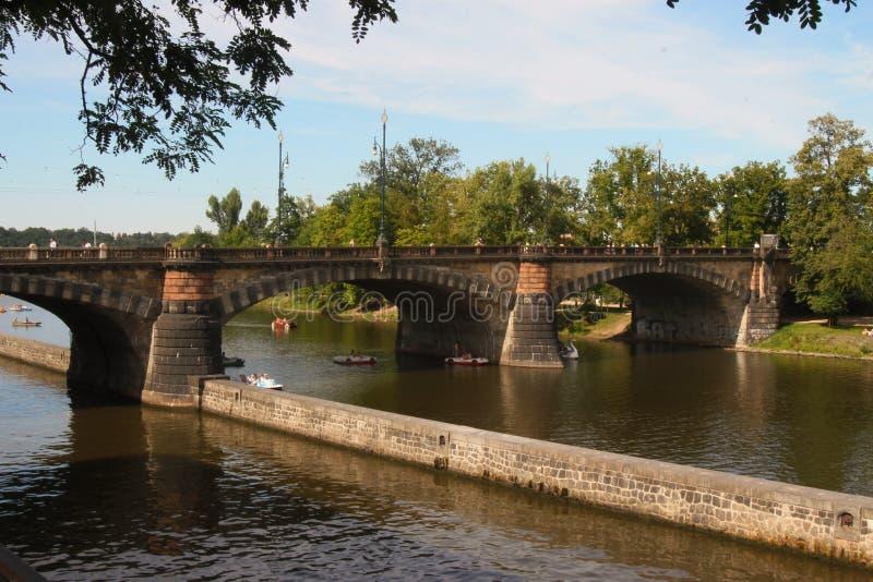 Bro i den Prague Tjeckien royaltyfri foto