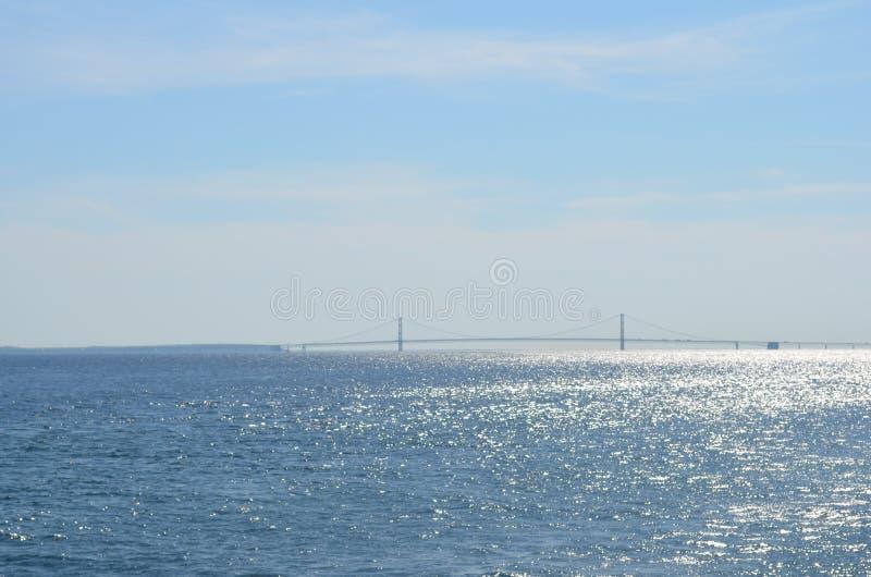Bro i det skinande vattnet arkivbilder