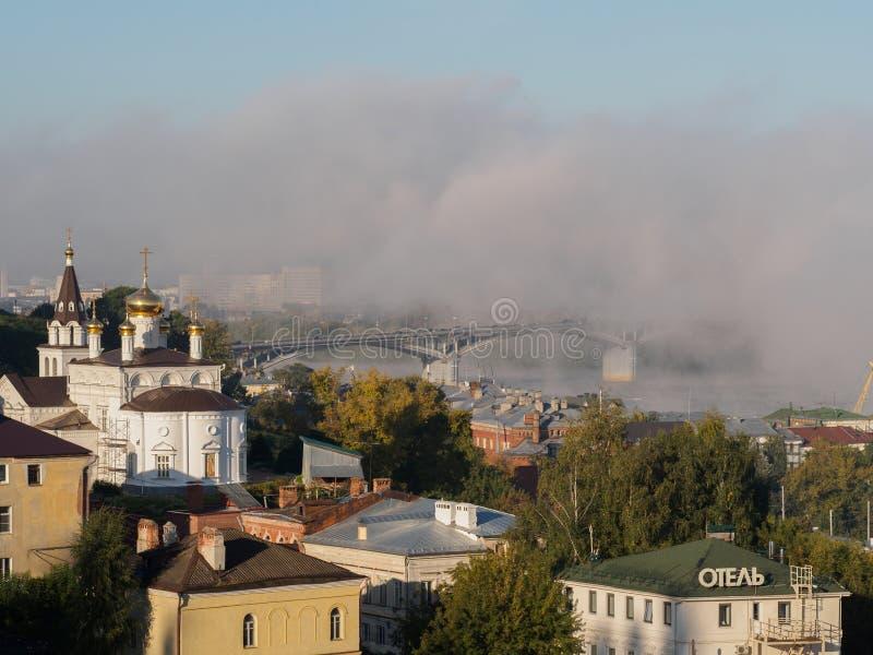 Bro i dimma arkivfoto