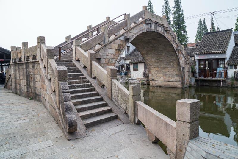 Bro i Fengjing Zhujiajiao forntida vattenstad arkivfoton