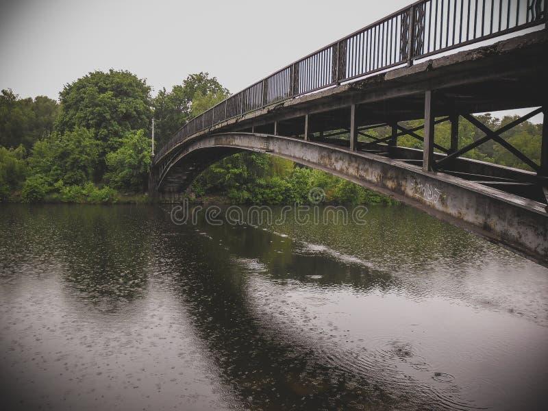 Bro i hydroparken under regnet royaltyfri foto