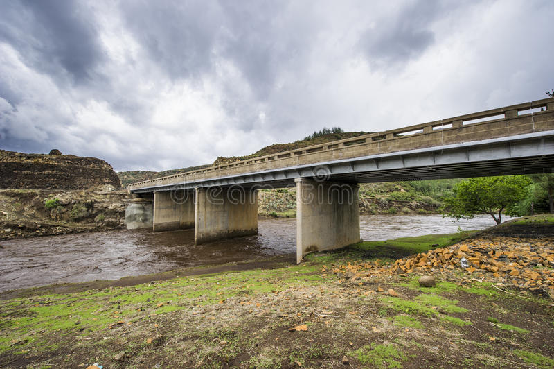 Bro i lesothiska berg arkivbilder