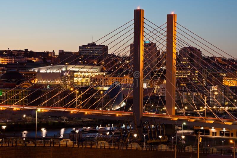 Bro i Tacoma Washington på natten arkivbild