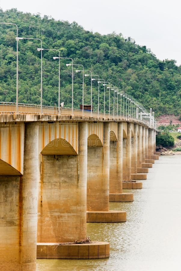 bro laos gammala rostiga thailand arkivbilder