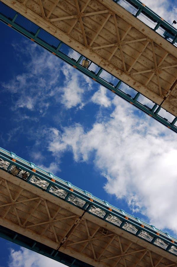 bro london som ser tornet upp walkways fotografering för bildbyråer