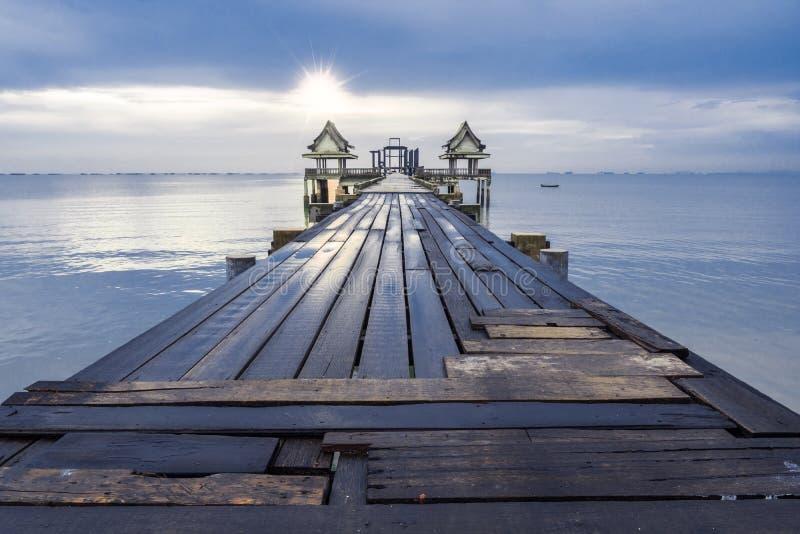 bro long över havet royaltyfria bilder