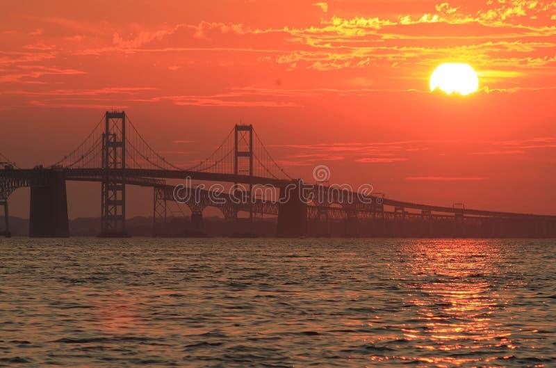 Bro Maryland för Chesapeakefjärd på solnedgången royaltyfri bild