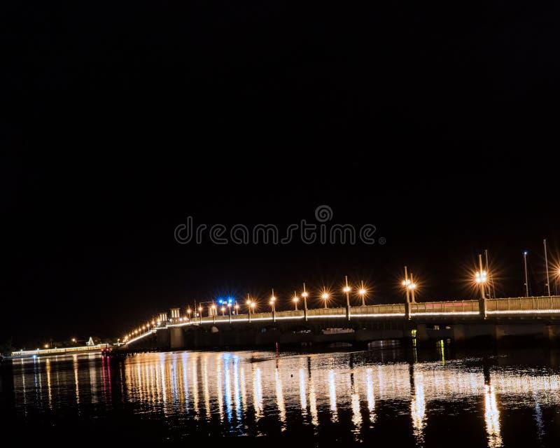Bro med ljus som reflekterar i vattnet fotografering för bildbyråer