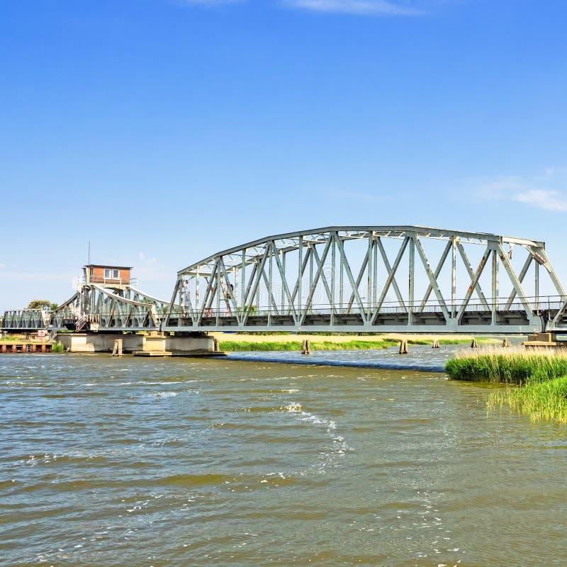 Bro Meiningen in - mellan Zingst och Bresewitz, Mecklenburg-västra Pomerania, Tyskland arkivbild