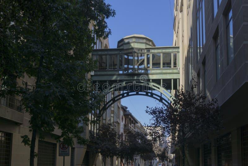 Bro mellan byggnader arkivbild