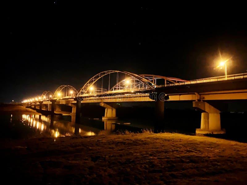 Bro mellan två landskap fotografering för bildbyråer