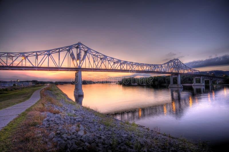 bro mississippi över arkivbilder