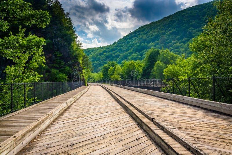 Bro och berg i den Lehigh klyftadelstatsparken, Pennsylvania royaltyfri bild