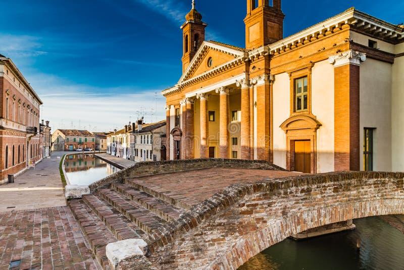 bro och forntida sjukhus i Comacchio, den lilla Venedig arkivfoton