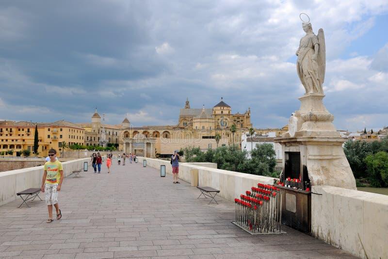 Bro och gammal stad av Cordoba royaltyfria foton