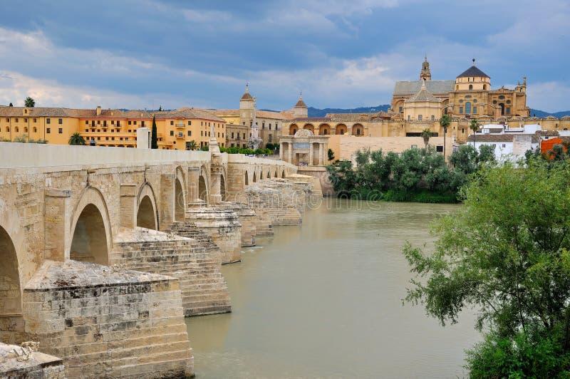 Bro och gammal stad av Cordoba royaltyfri foto
