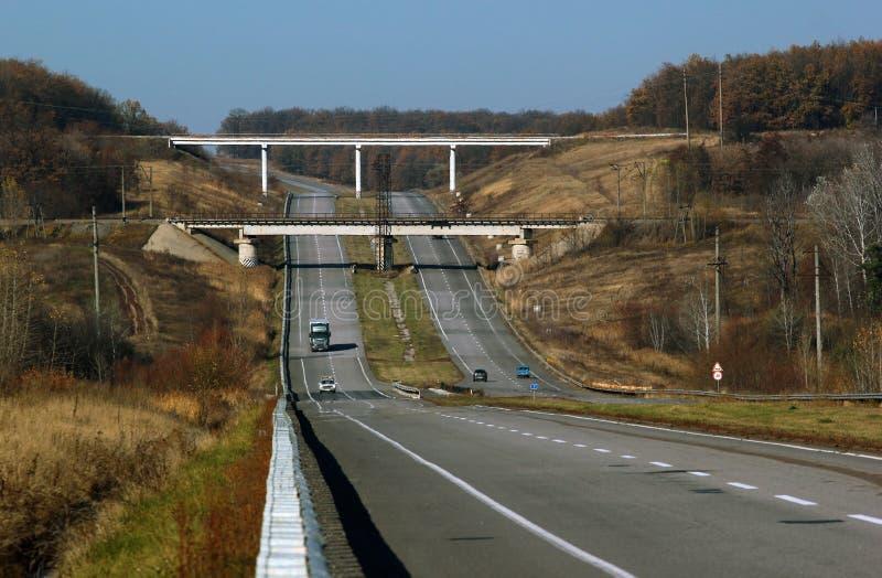 Bro ovanför huvudvägen, nedgånglandskap arkivbilder
