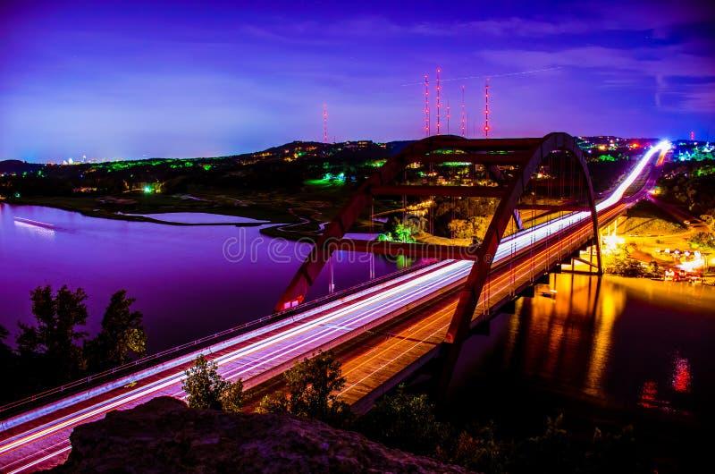 Bro 360 på den nattPennybacker bron Austin Skyline arkivbilder