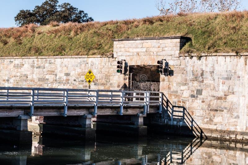 Bro på Fort Monroe i Hampton, Virginia royaltyfria bilder