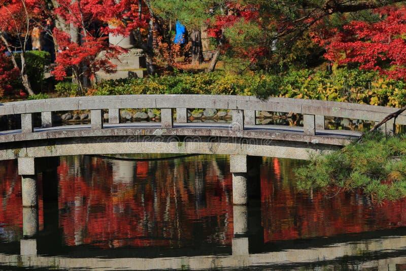 Bro på Hojo Pond vid den Eikando Zenrin-ji templet i Kyoto royaltyfri fotografi