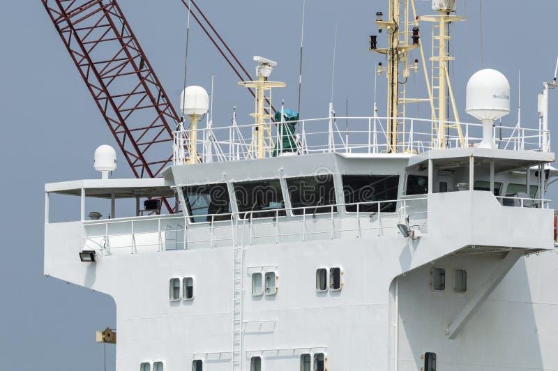 Bro på lastskytteln Annemieke som står högt över skeppsdocka royaltyfri fotografi