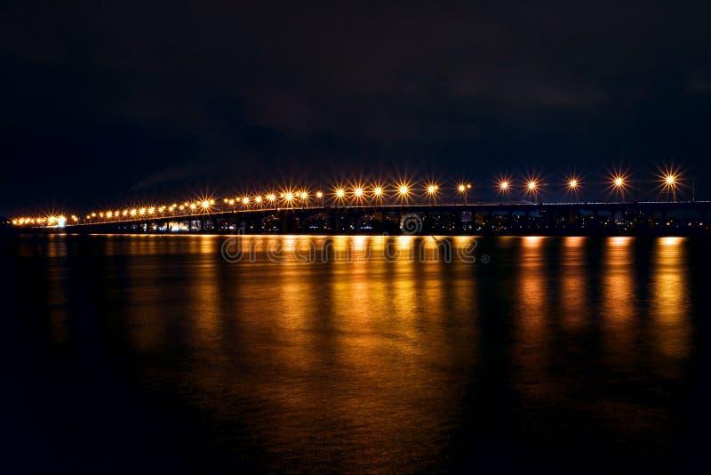 Bro på natten royaltyfria bilder