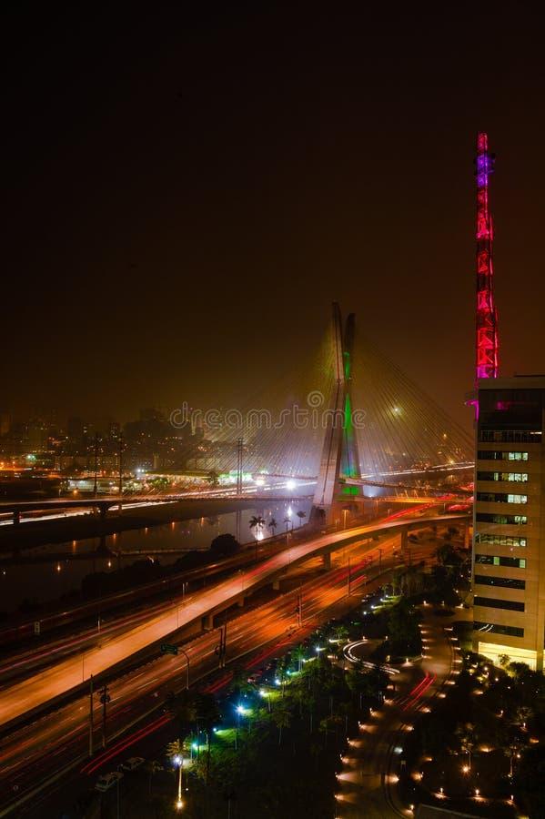 Bro på natten i Sao Paulo arkivfoto