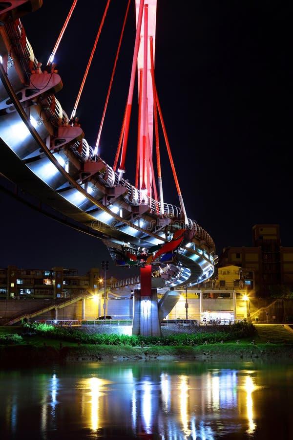 Download Bro på natten i Taiwan arkivfoto. Bild av färgrikt, sceniskt - 27279656