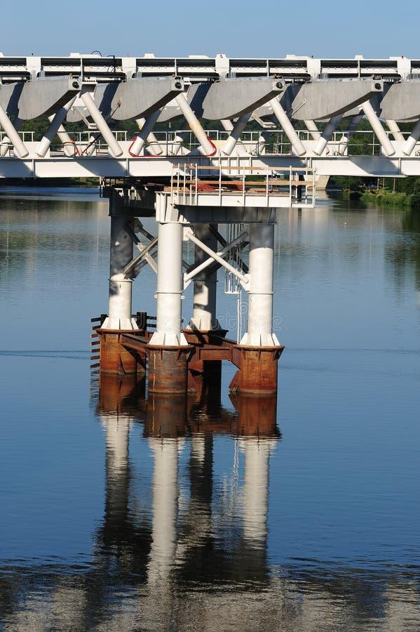 bro som är modern över surface vatten för struktur royaltyfri bild