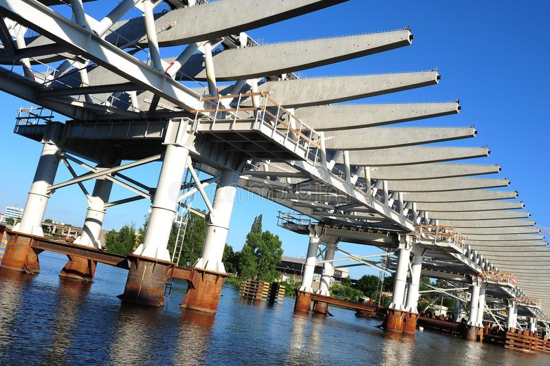 bro som är modern över surface vatten för struktur arkivfoto