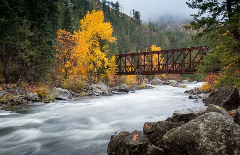 Bro som korsar över floden i Leavenworth arkivbilder