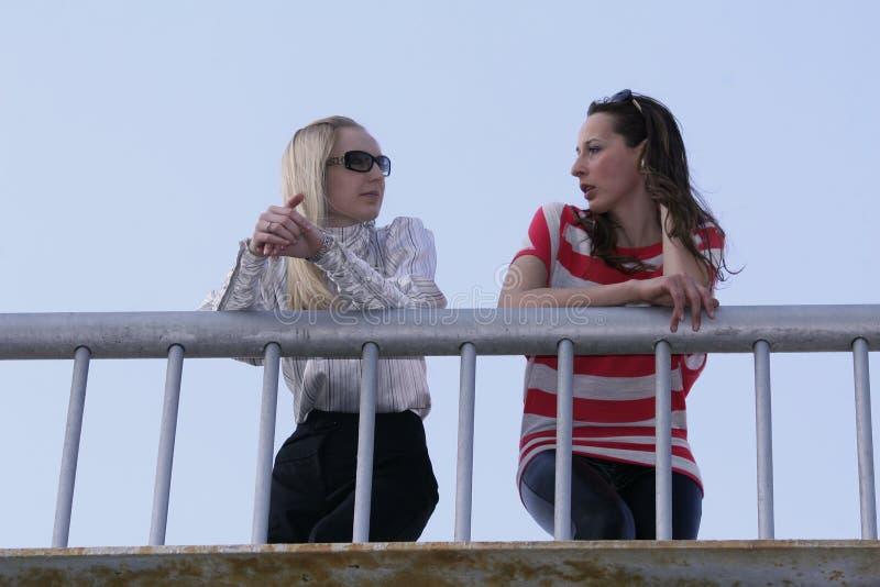 bro som talar två kvinnor royaltyfri foto